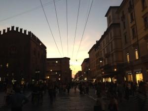 La vivacità di Bologna poco dopo il tramonto