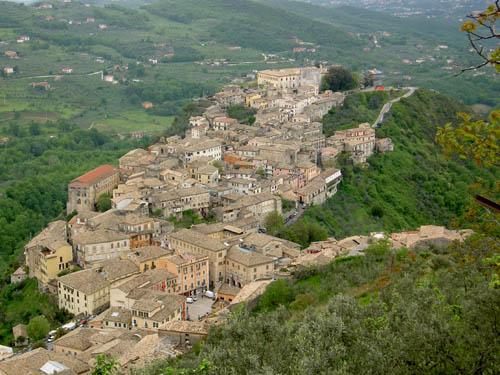 Panorama di Arpino con il Castello Ladislao in cima alla collina