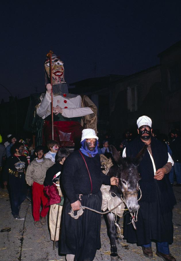 Il fantoccio che sfila per le  vie di Ovodda, prima di essere bruciato. Foto da http://www.sardegnaturismo.it