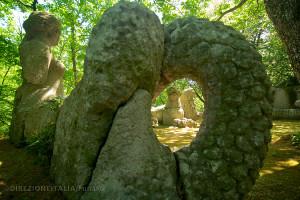 Una sirena e due leoni. Tra le innumerevoli sculture del bosco sacro.