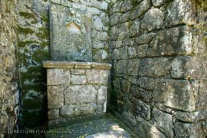 Un piccolo altare con immagini cristiane