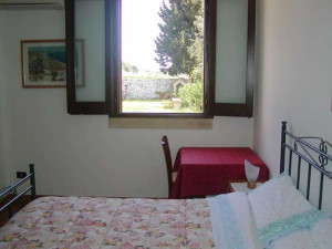 Una delle camere da letto, con vista sulla campagna pugliese