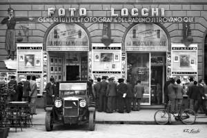 1936_L836-11: Lo studio d'arte e tecnica fotografica Foto Locchi nella sua storica sede di Piazza della Repubblica nel 1936 © Archivio Foto Locchi.